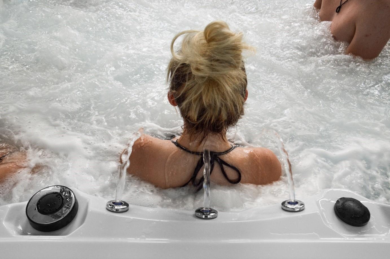 Fontänen spritzen Wasser auf Nacken