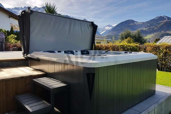 Terrassen-Whirlpool mit Blick auf die Berge