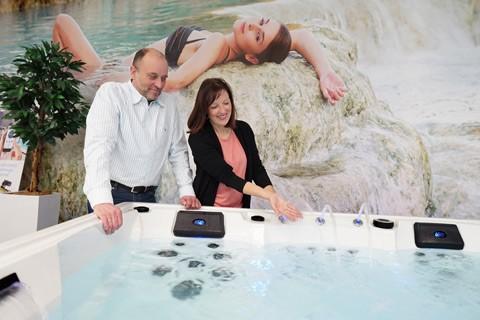 Paar testet Whirlpool in AIDA Ausstellung