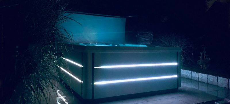 Beleuchteter Outdoor Whirlpool Playa bei Nacht beleuchtet