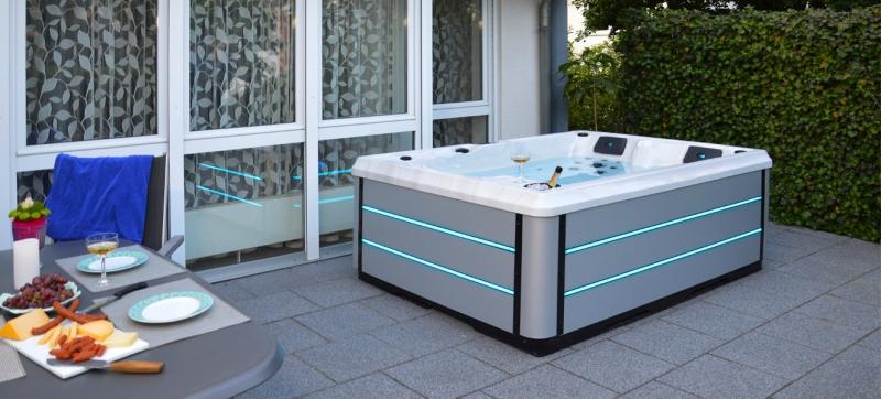 Außenwhirlpool auf Terrasse mit gedecktem Tisch
